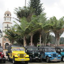 Place centrale de Salento avec Jeep ou Willys taxis